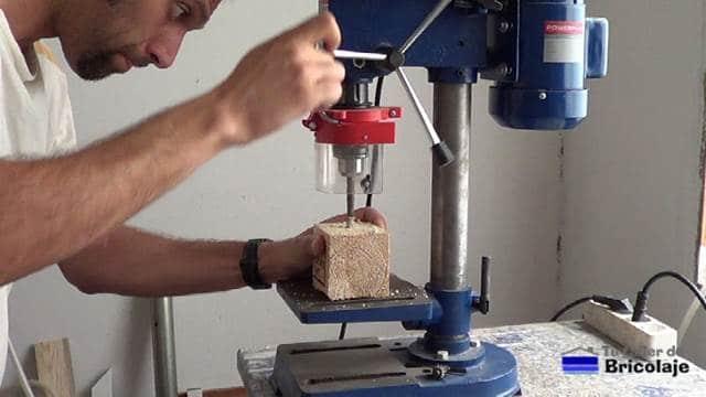 perforando los agujeros con taladro de columna o banco, aunque también podemos usar un soporte para taladro o taladro y a mano alzada