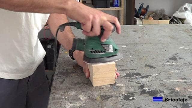 lijando la madera con lijadora eléctrica o taco de lija manual