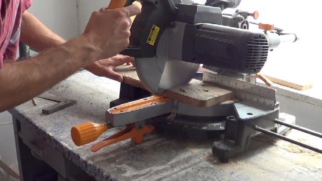 limpiando la madera de los agujeros de las tachas o clavos