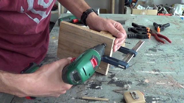abriendo agujero avellanado para sujetar las piezas de madera que formarán el porta llaves