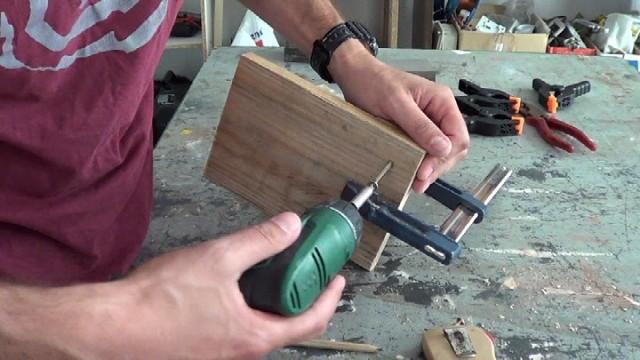 sujetando las piezas mediante tornillos para madera