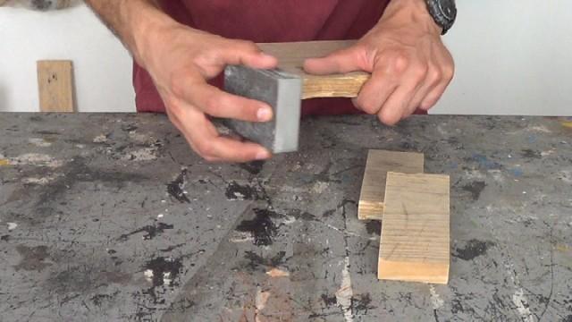 lijando la madera de palets para realizar el porta llaves