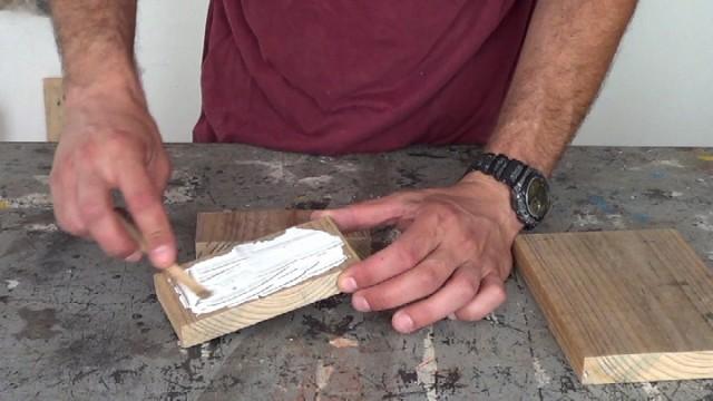 extendiendo la cola de carpintero sobre la madera