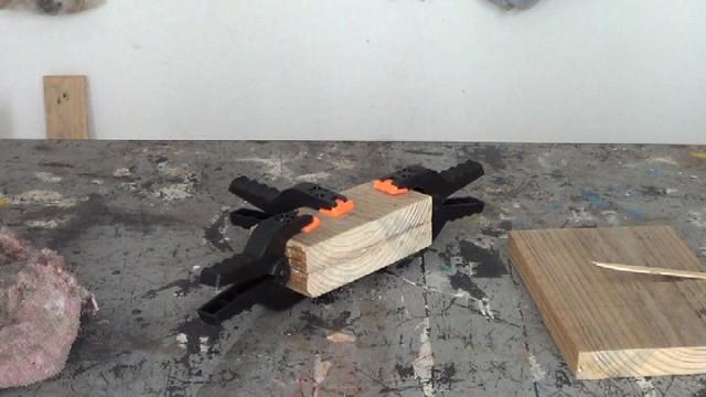 pegando dos trozos de madera para aumentar su grosor