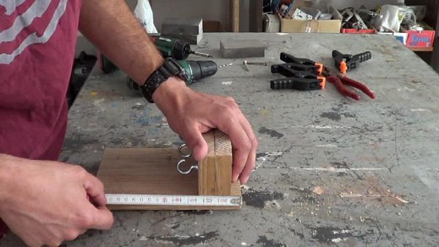 presentando la madera que hará la función de colgador de llaves
