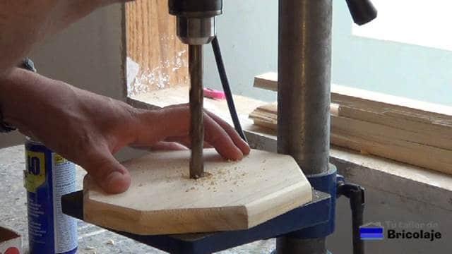 perforando el centro de la base del portarollo de cocina