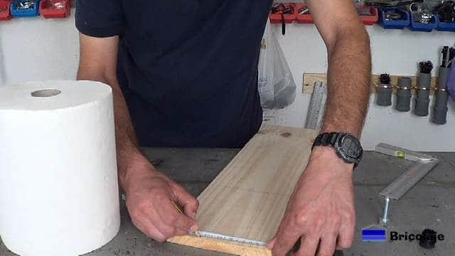 midiendo y marcando la madera para cortar la base del portarollos