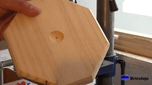 realizando una hendidura en la base del portarollos de cocina