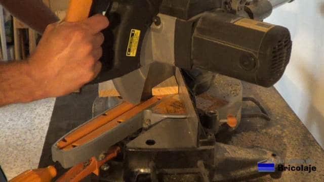 cortando la base de madera del portarollos para la cocina