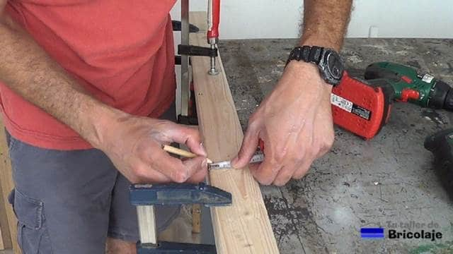 marcando el lugar donde sujetar las madera para hacer el protector de esquinas