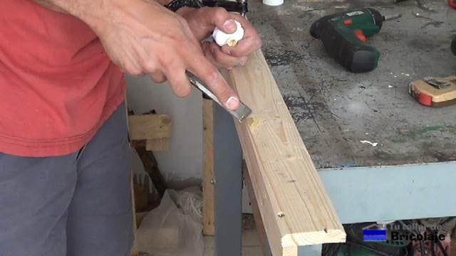 tapando los agujeros de los tornillos con masilla