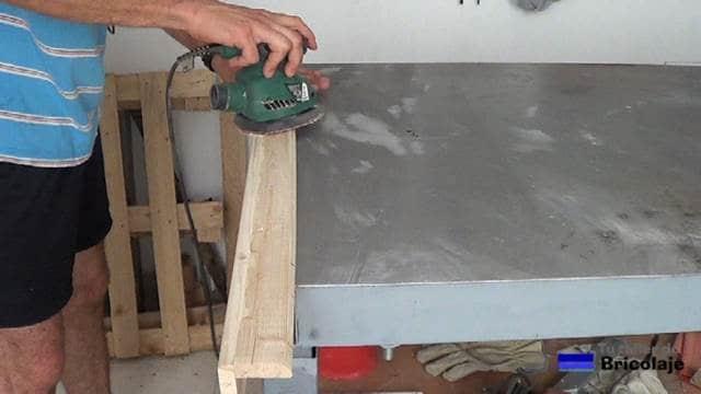 lijando las madera que forman el protector de esquinas