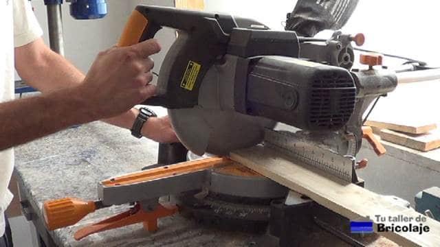 cortando la madera para hacer el protector de esquinas