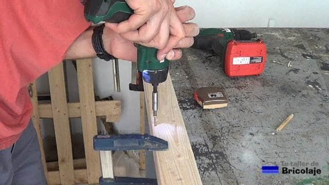 atornillando las madera para hacer el protector de esquinas