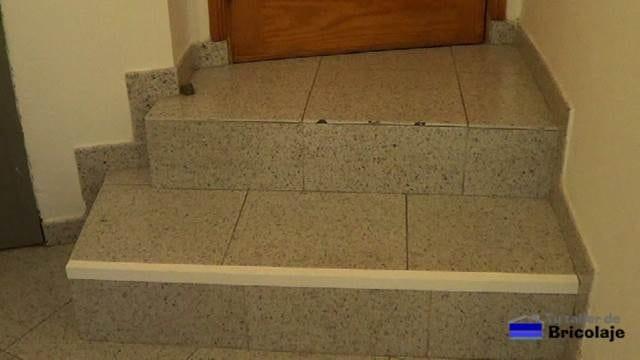primer ángulo colocado para proteger y disimular la rotura de los cantos de los pasos de una escalera