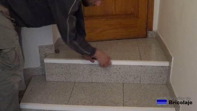 colocando el ángulo en el canto del paso de la escalera