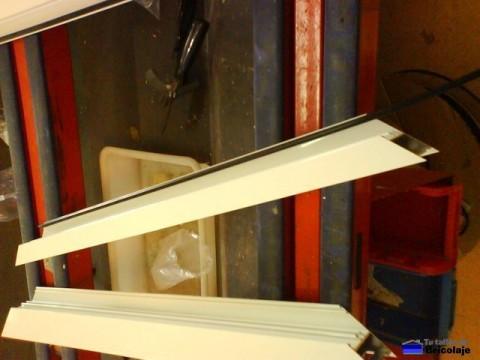 introduciendo la goma para el marco de la puerta de aluminio