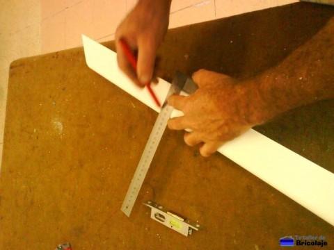 trazando el lugar donde se colocara la cerradura para su posterior fresado