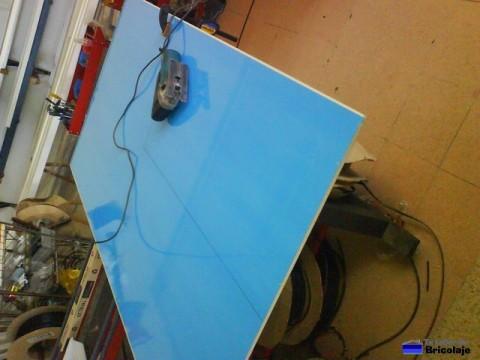 marcando para cortar el relleno para la puerta de aluminio