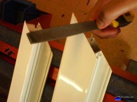 limando las asperezas que se forman al cortar el aluminio con la tronzadora