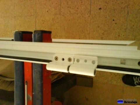 colocando las bisagras para unir la puerta de aluminio al marco
