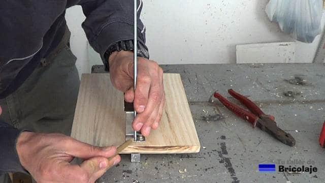 presentando la varilla roscada para cortarla