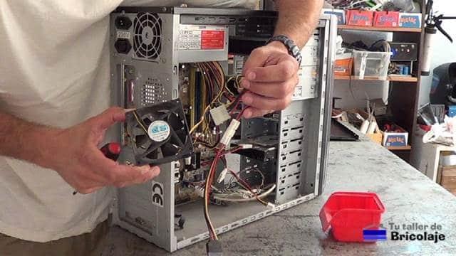 ventilador para refrigerar el interior de la vieja pc