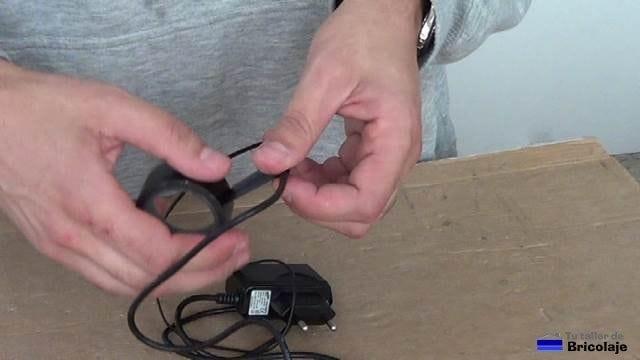colcando cinta aislante para cubrir los cables