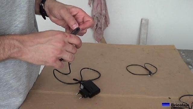 cortando el conector al cargador del móvil viejo