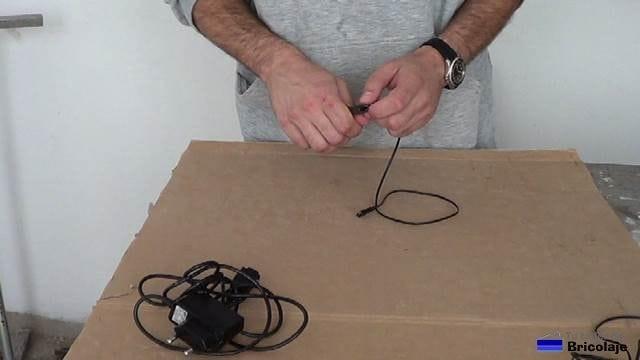 cortando el cable de smartphone estropeado