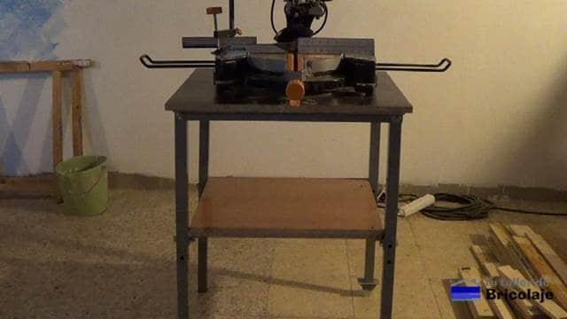 la mesa con tornillos para una máquina sin refuerzos