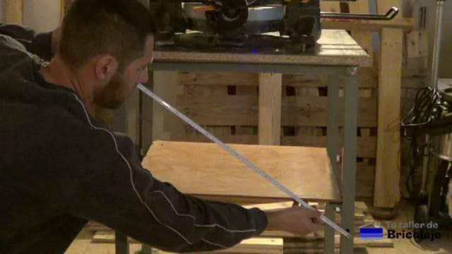 midiendo en diagonal para cortar las pletinas para reforzar la mesa