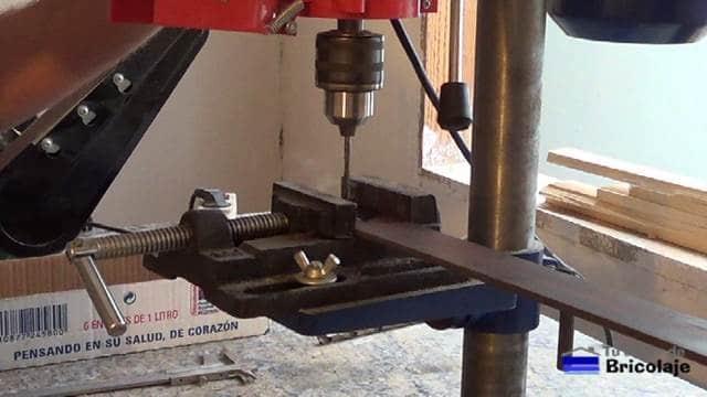 perforando el agujero en la pletina para poder sujetarla a la mesa