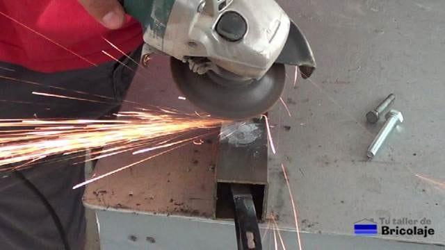 retirando el exceso de soldadura en frío con la amoladora o radial y disco de repaso