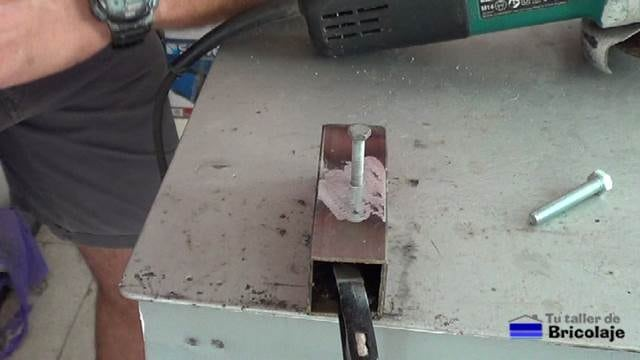 haciendo rosca y colocando un tornillo sobre el agujero tapado con soldadura en frío