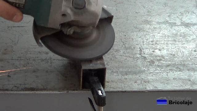 repasando el excedente de fibra de vidrio con la amoladora o radial y disco de repaso