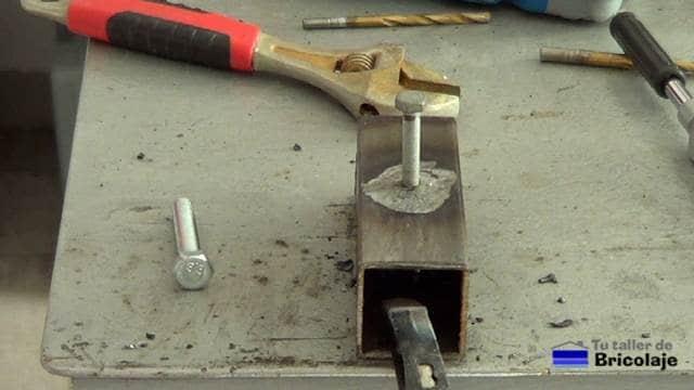 colocando un tornillo a un agujero tapado con soldadura en arco