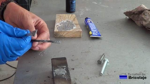 aplicando la soldadura en frío al agujero a tapar o rellenar