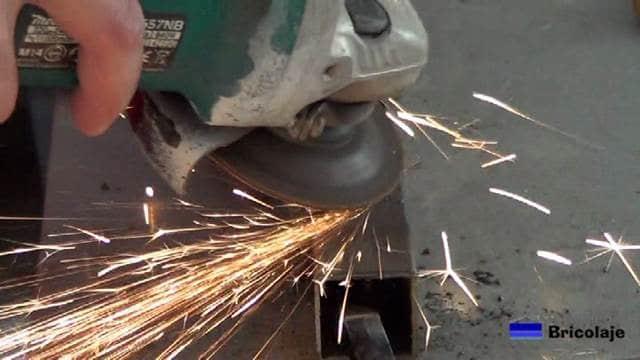 repasando la soldadura de arco con la amoladora o radial