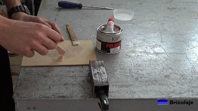 mezclando los componentes que forman la fibra de vidrio para tapar o rellenar el agujero