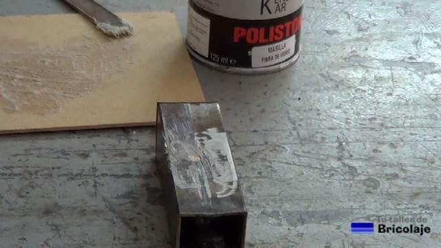 esperando a que frague la fibra de vidrio sobre el metal o hierro