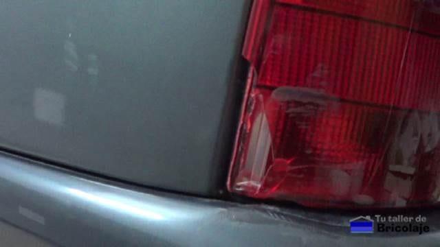 pequeña rotura en la óptica trasera de un coche