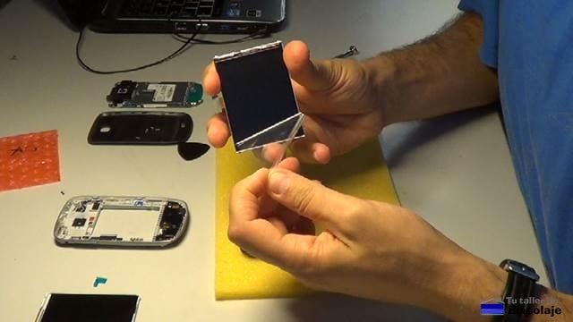 retirando el plástico protector a la nueva pantalla para nuestro samsung galaxy mini