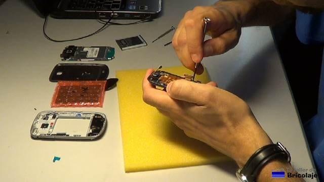 quitando la placa donde está alojada la pantalla rota del samsung galaxy mini