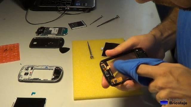 limpiando el interior de la carcasa para colocar la nueva pantalla para el samsung galaxy mini