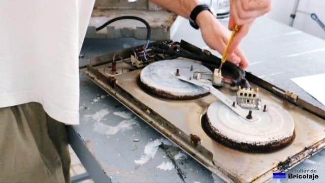 desconectando las conexiones eléctricas de la placa eléctrica de cocina