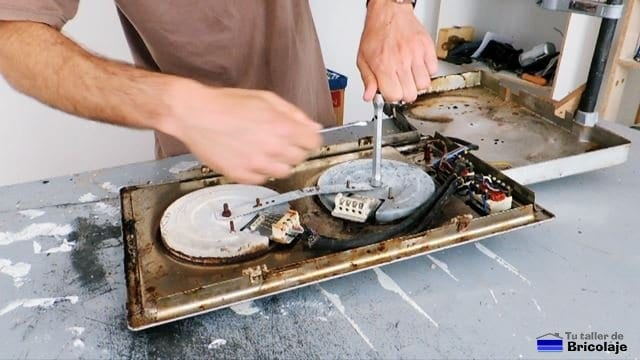 colocando el fogón nuevo en la placa eléctrica