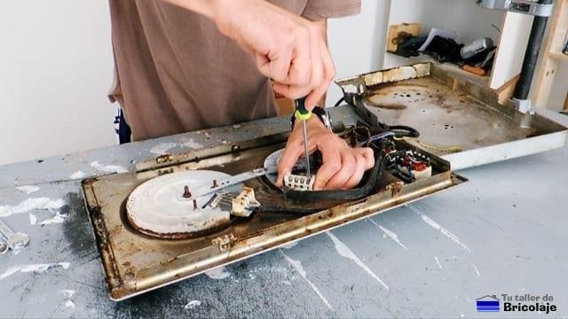 realizando las conexiones eléctricas del nuevo fogón en la placa eléctrica de cocina