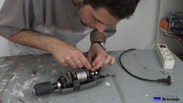 colocando los nuevos carboncilos o escobillas