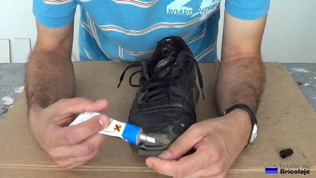 aplicando pegamento de contacto a la puntera de las zapatillas deportivas